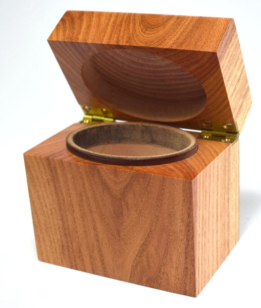 Der Innenraum der Schatulle ist oval (die Schatulle selbst ist rechteckig). Das Leder der Dichtung ist dunkel.